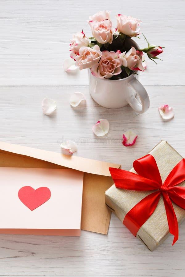 情人节背景、心脏和花在白色木头 图库摄影