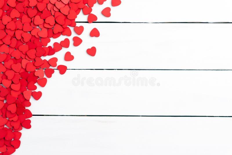 情人节背景概念 小木红心顶视图  库存图片