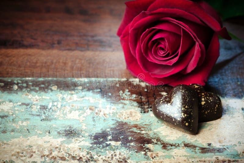 情人节背景用心脏巧克力和玫瑰色花关闭 库存照片