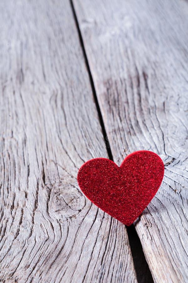 情人节背景,在木头的木心脏与拷贝空间 免版税库存照片