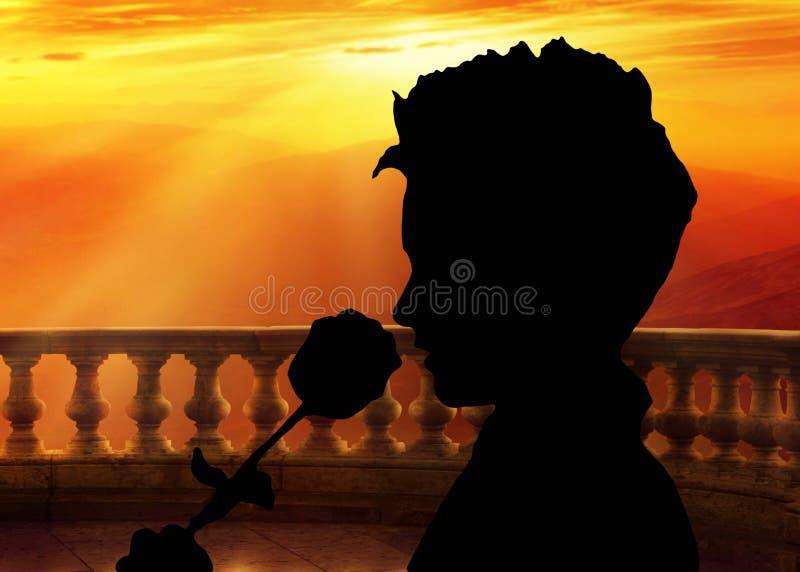 情人节背景,拿着玫瑰和嗅到它的剪影,站立在阳台在日落,浪漫风景 图库摄影