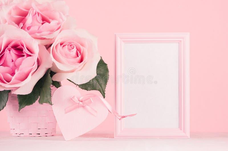 情人节背景-典雅的粉红彩笔玫瑰花束,与丝带,做广告的空白的框架的装饰心脏在白色 库存图片