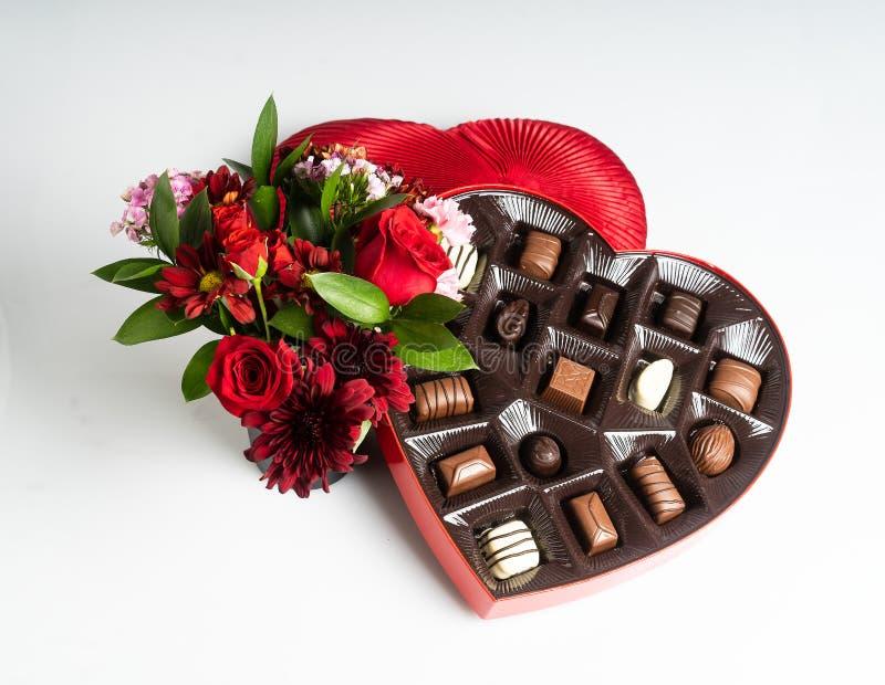 情人节花和巧克力 免版税图库摄影