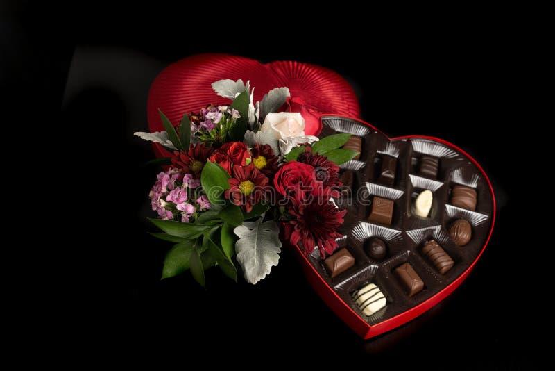 情人节花和巧克力 免版税库存图片