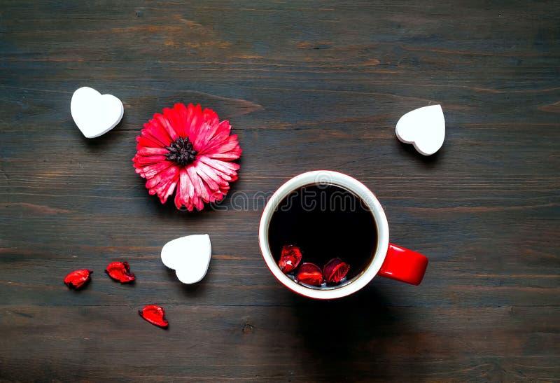 情人节问候明信片 花和大红色咖啡在木背景的 库存图片