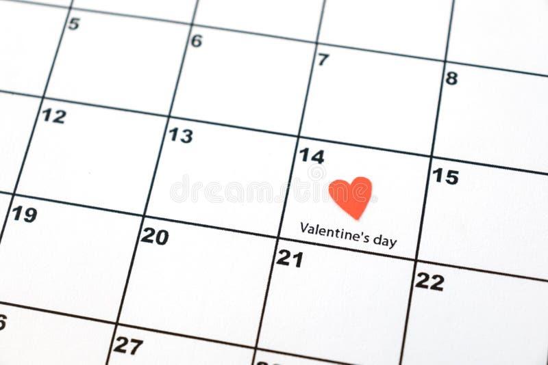 情人节,在日历的2月14日与红心 库存图片