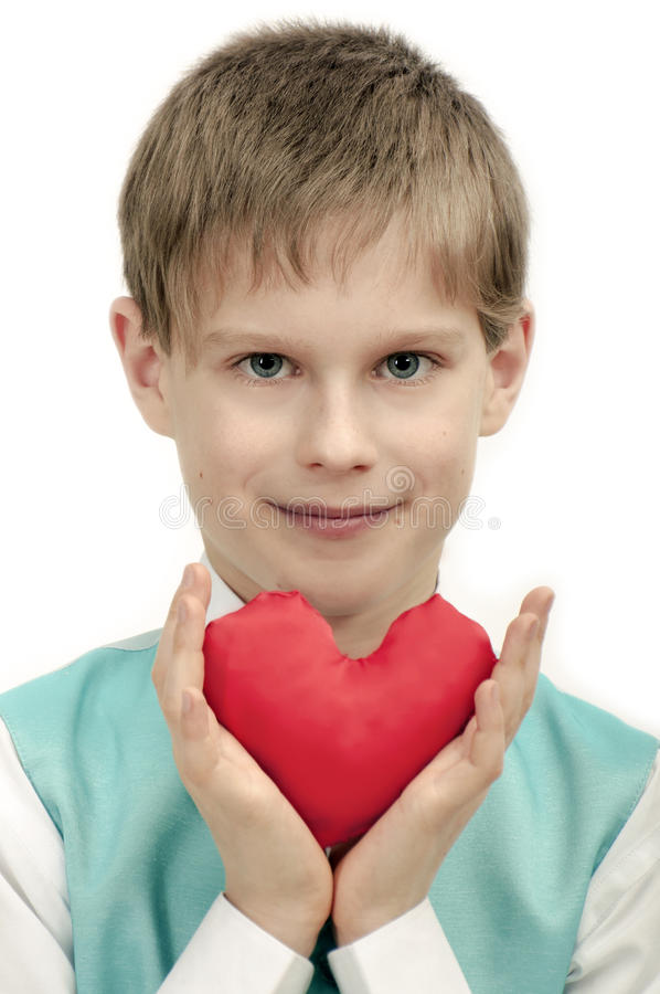 情人节-有红色心脏的逗人喜爱的孩子在手上。 免版税库存图片