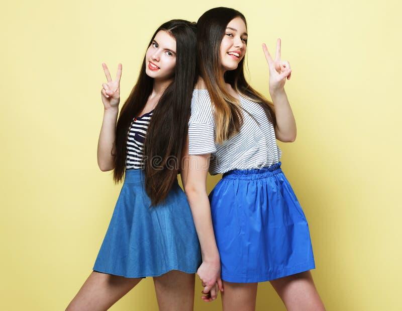情感、人们、十几岁和友谊概念-两个青少年 免版税图库摄影