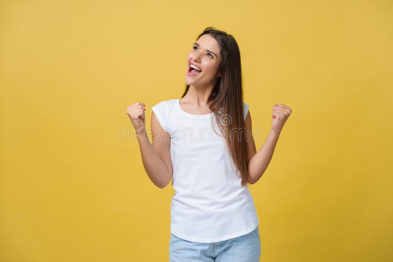 情感、表示、成功和人概念-庆祝胜利的愉快的少妇或十几岁的女孩被隔绝  库存照片