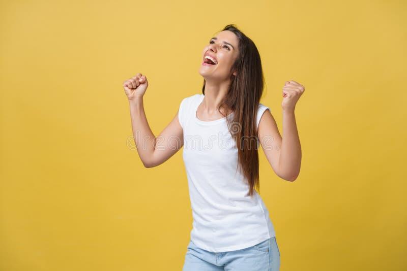情感、表示、成功和人概念-庆祝胜利的愉快的少妇或十几岁的女孩被隔绝  免版税库存照片