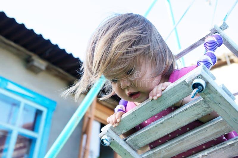 情感与来临被伸直的头发的小女孩摇摆室外画象,儿童使用 库存照片