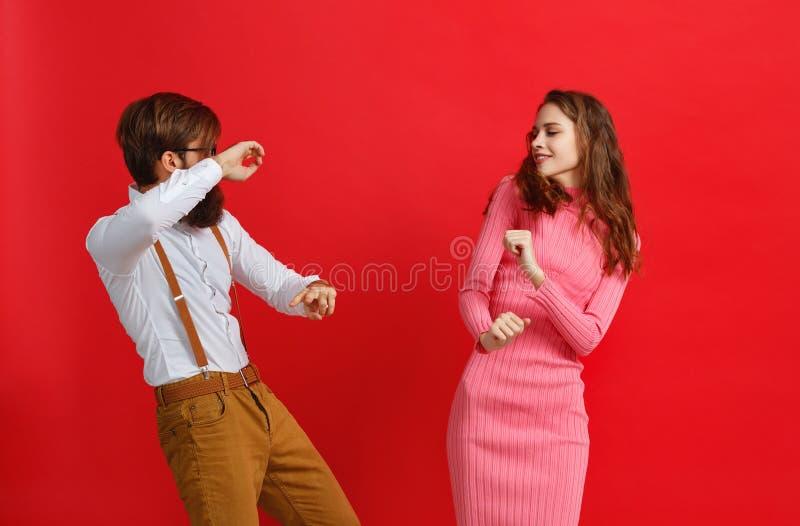 情感人男人和妇女夫妇红色背景的 免版税图库摄影