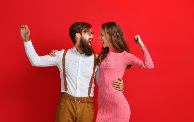 情感人男人和妇女夫妇红色背景的 免版税库存照片