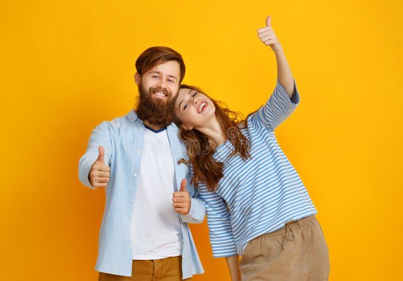 情感人男人和妇女夫妇黄色背景的 图库摄影