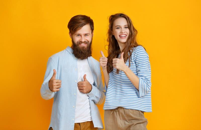 情感人男人和妇女夫妇黄色背景的 库存照片