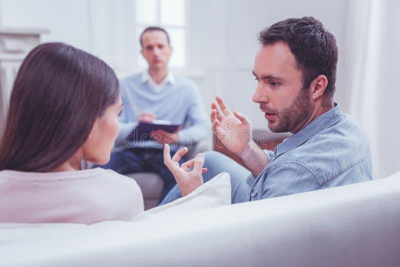 情感夫妇谈论关系在心理疗法期间 免版税库存照片