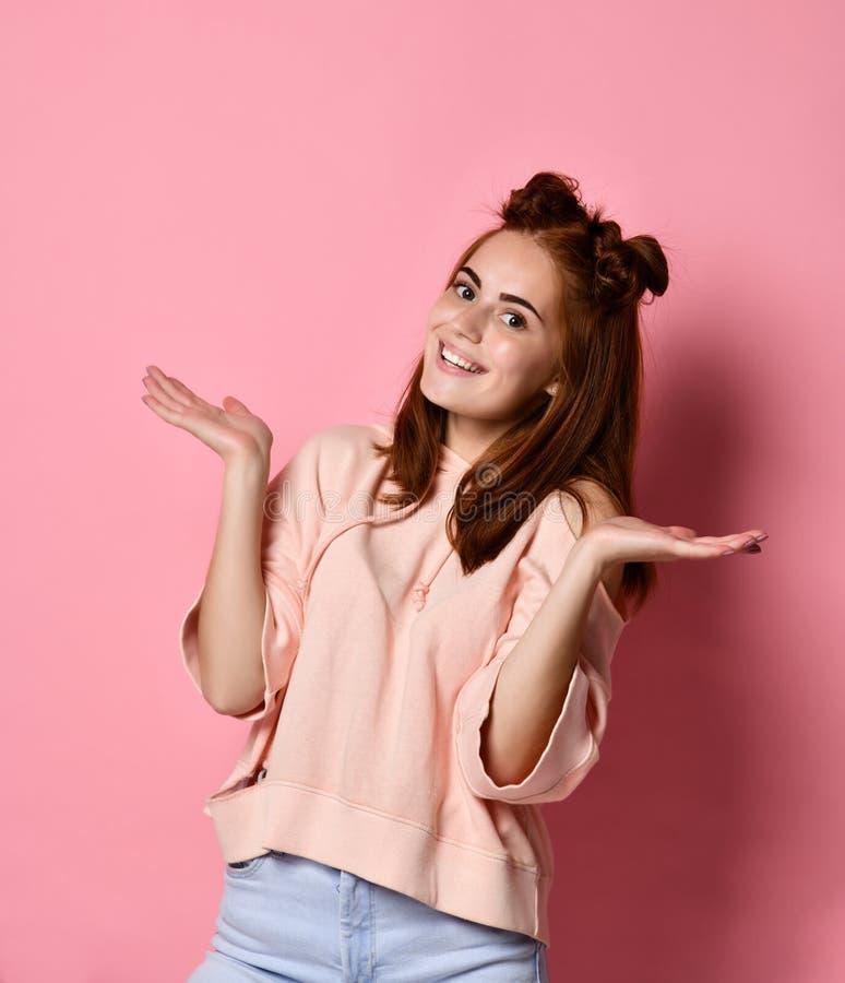 情感女孩 美丽的现代姜藏品棕榈在手中 免版税图库摄影