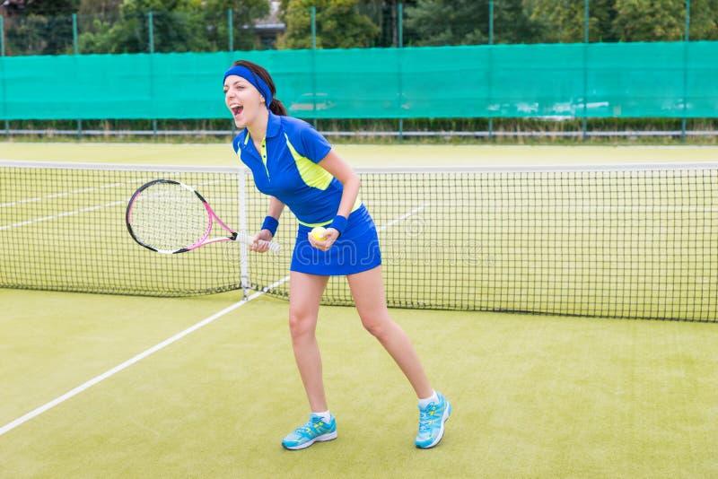 情感女性网球员尖叫由于她的胜利 图库摄影