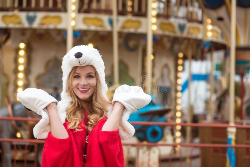 情感少妇佩带的红色编织了毛线衣和滑稽的帽子, 图库摄影