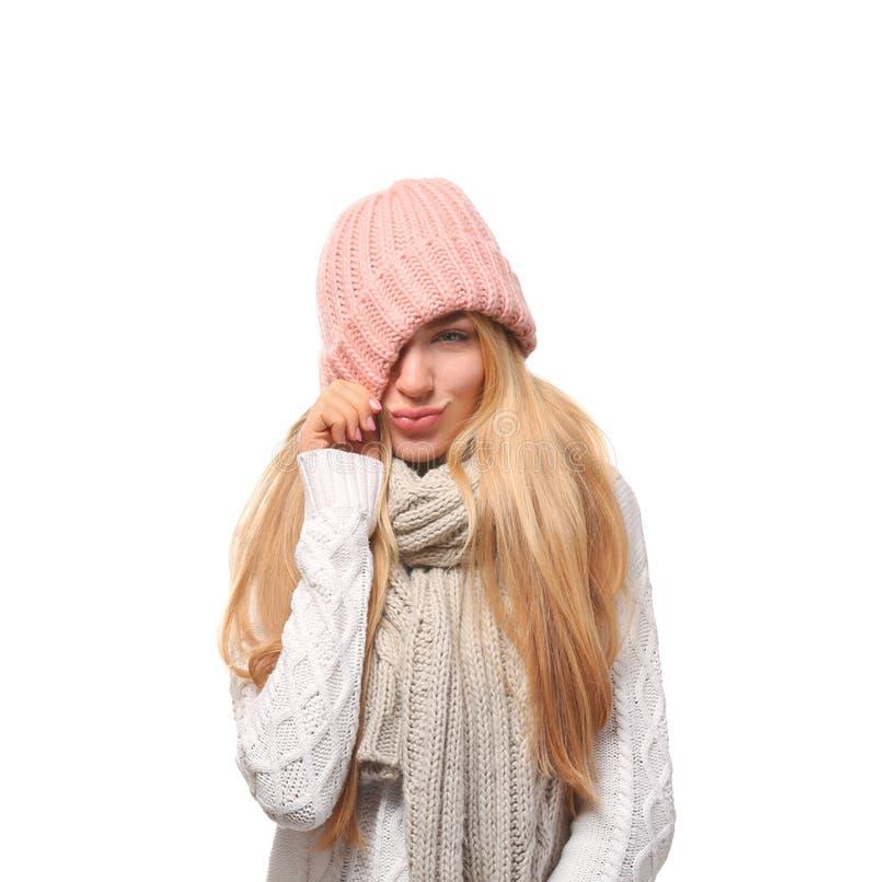 情感年轻女人画象时髦的帽子和毛线衣的有在白色背景的围巾的 库存照片
