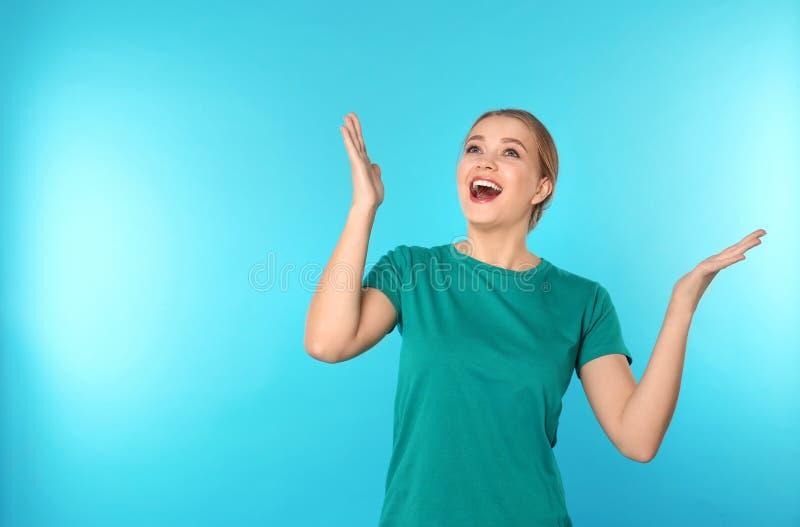 情感年轻女人画象颜色背景的 免版税库存照片