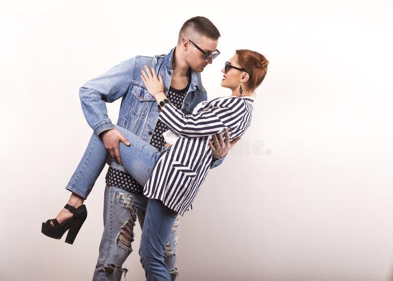 情感时尚夫妇互相给在华伦泰` s的花 库存照片