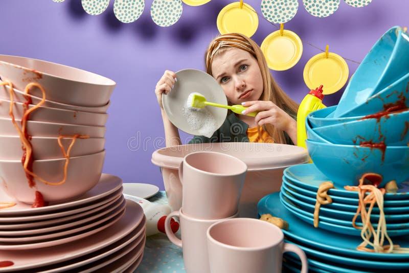 情感沮丧的妇女超载了工作 免版税库存图片