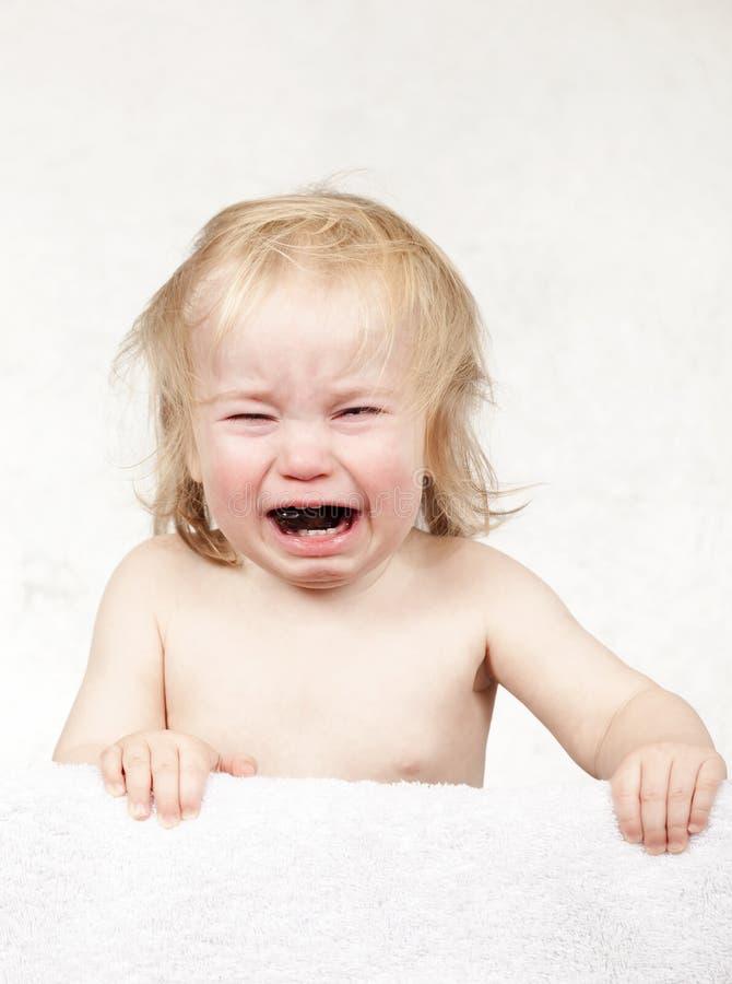 情感白肤金发泪花哭泣的小的小孩画象  免版税库存照片
