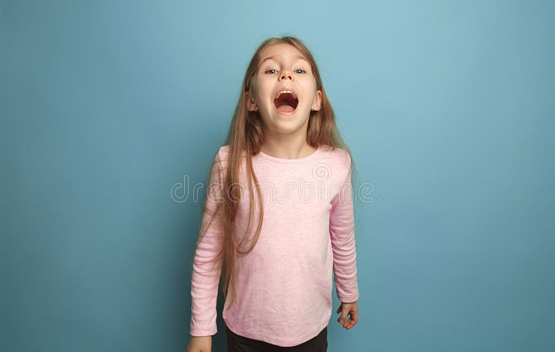 情感白肤金发的青少年的女孩有幸福神色和尖叫 美丽的夫妇跳舞射击工作室妇女年轻人 库存图片