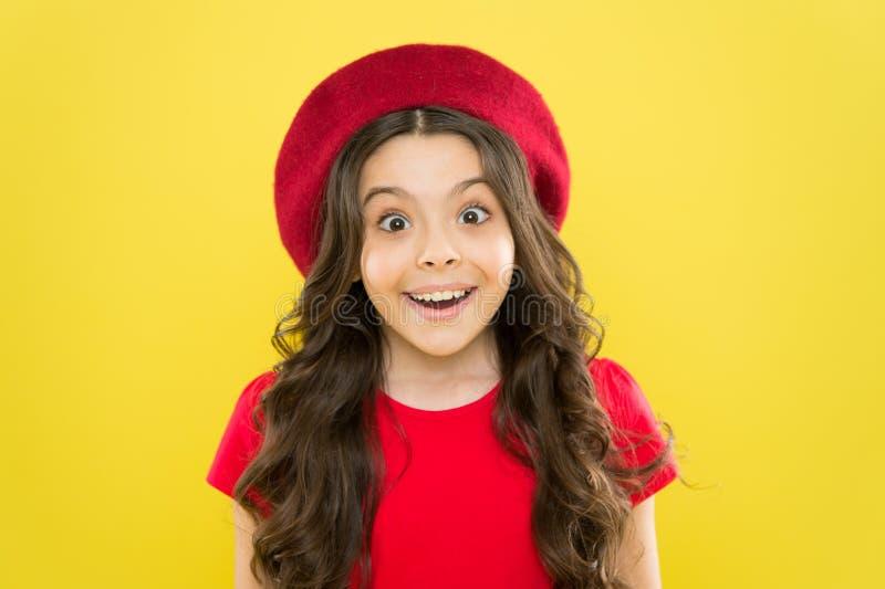 情感表示 松懈的技巧和把戏在照相机前面 为孩子的代课 女孩艺术性的孩子 免版税库存图片