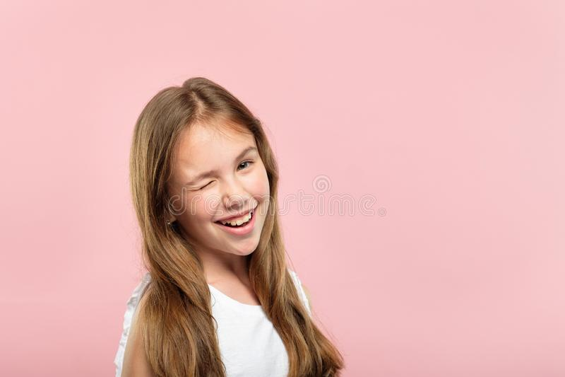 情感面孔微笑的逗人喜爱少女闪光 免版税库存图片