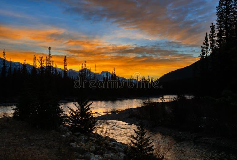 惊人弓在班夫国家公园的河和城堡山日出风景在阿尔伯塔,加拿大 免版税库存图片