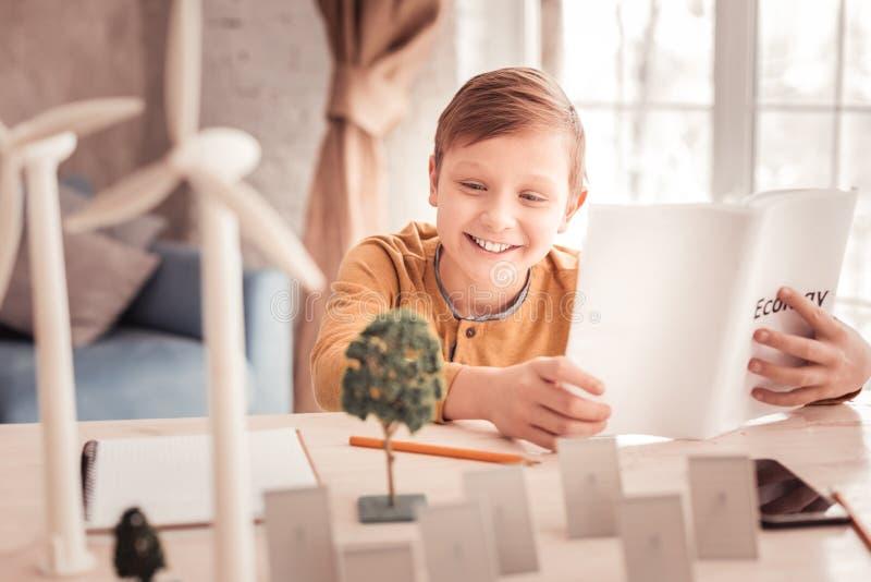 惊人微笑的学生的感觉,当享用学习生态时 免版税图库摄影