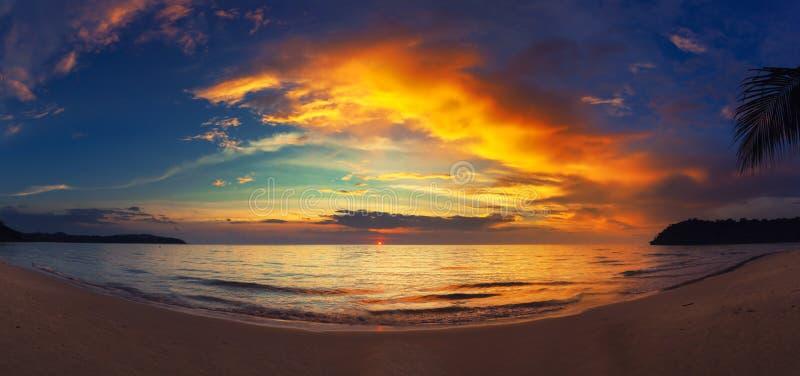 惊人的全景与海的自然风景惊人的热带海滩和在日落的五颜六色的多云天空 免版税库存照片