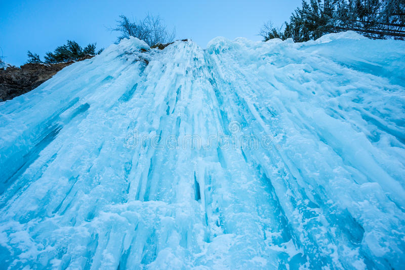 惊人的冬天瀑布 免版税库存图片
