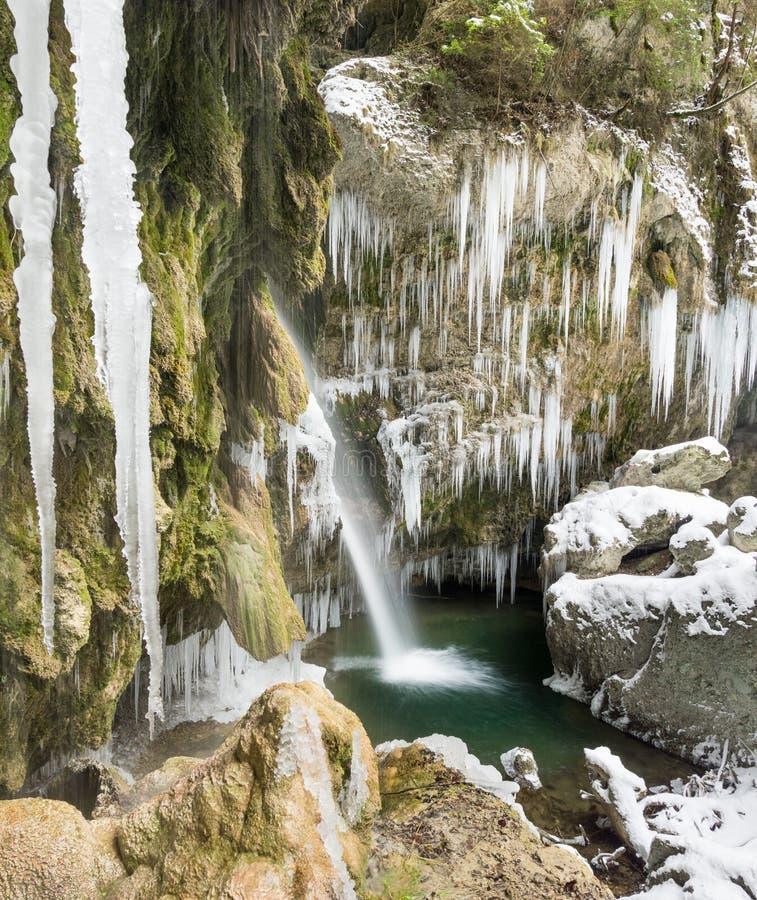 惊人的冰柱和瀑布在冷的冬日狼吞虎咽 Hinanger瀑布,巴伐利亚,德国 免版税库存照片