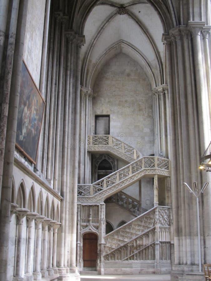 惊人的古老大教堂楼梯和柱子 免版税库存图片