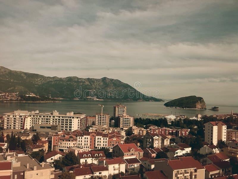 惊人的城市布德瓦、黑山、欧洲、城市、大厦、海、海岛和山 库存照片