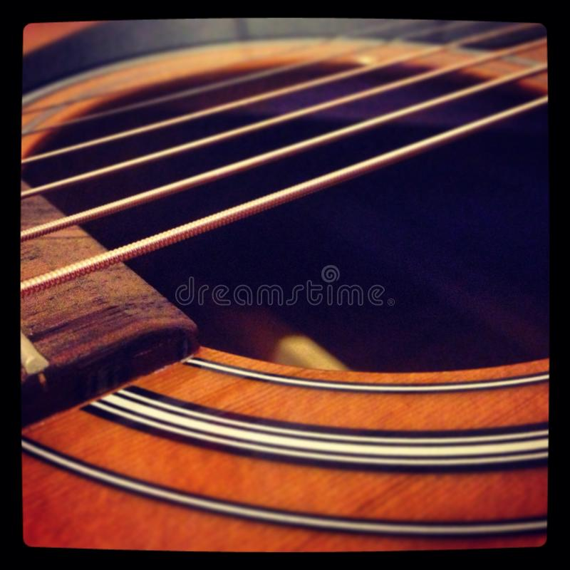惊人的声学吉他背景墙纸 库存照片