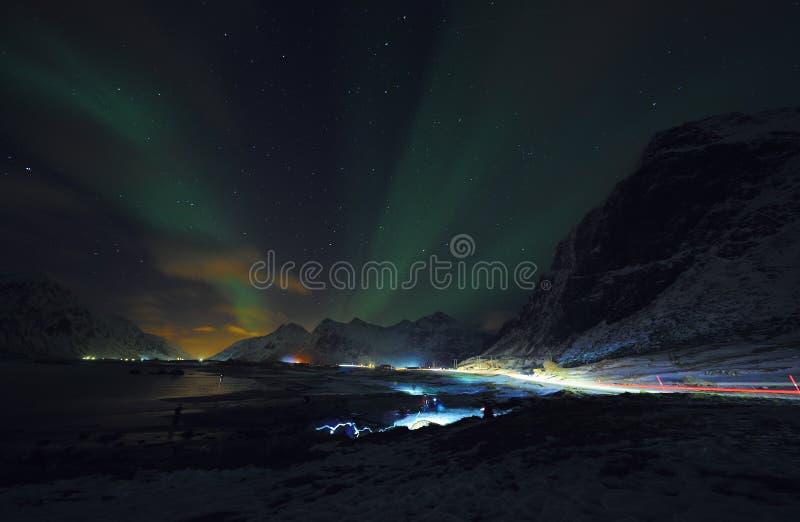 惊人的多彩多姿的极光Borealis也知道,当在夜空的北极光在Lofoten环境美化,挪威,斯堪的那维亚 免版税库存图片