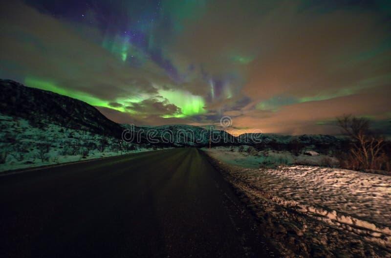 惊人的多彩多姿的极光Borealis也知道,当在夜空的北极光在Lofoten环境美化,挪威,斯堪的那维亚 Bl 免版税库存照片