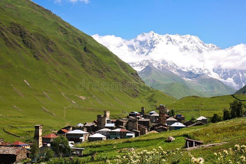 山在村庄 免版税库存图片