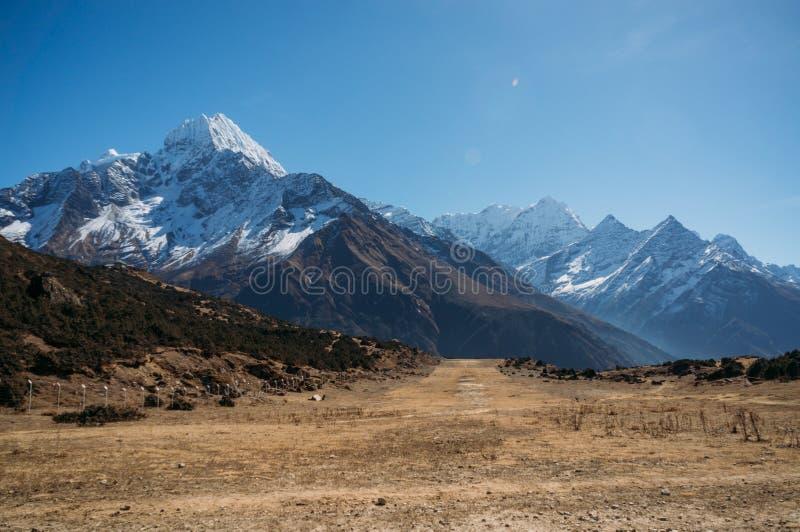 惊人的多雪的山环境美化,尼泊尔, Sagarmatha, 免版税库存图片