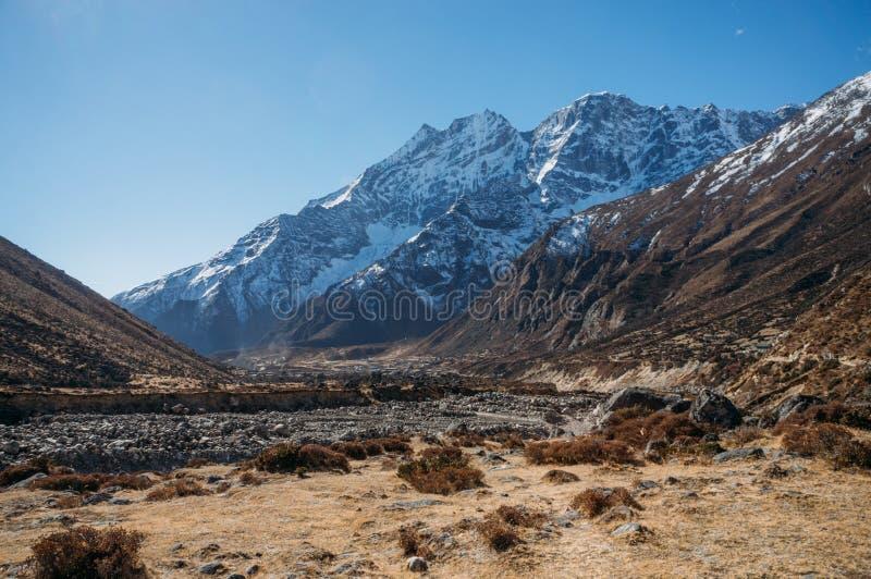 惊人的多雪的山环境美化,尼泊尔, Sagarmatha, 免版税库存照片
