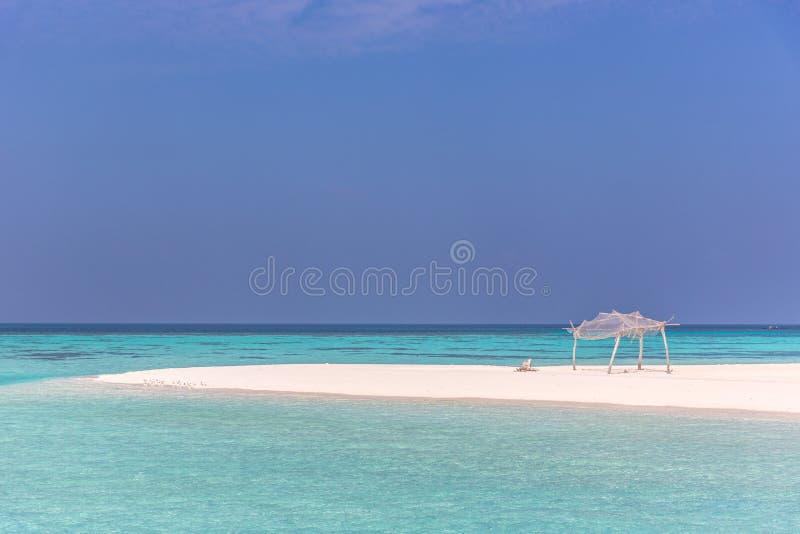 惊人的大海在荒岛,蓝天天,木小屋 免版税库存图片