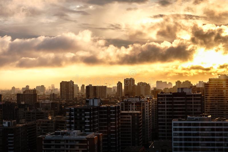 惊人的天空的城市SUNSSET 免版税库存照片