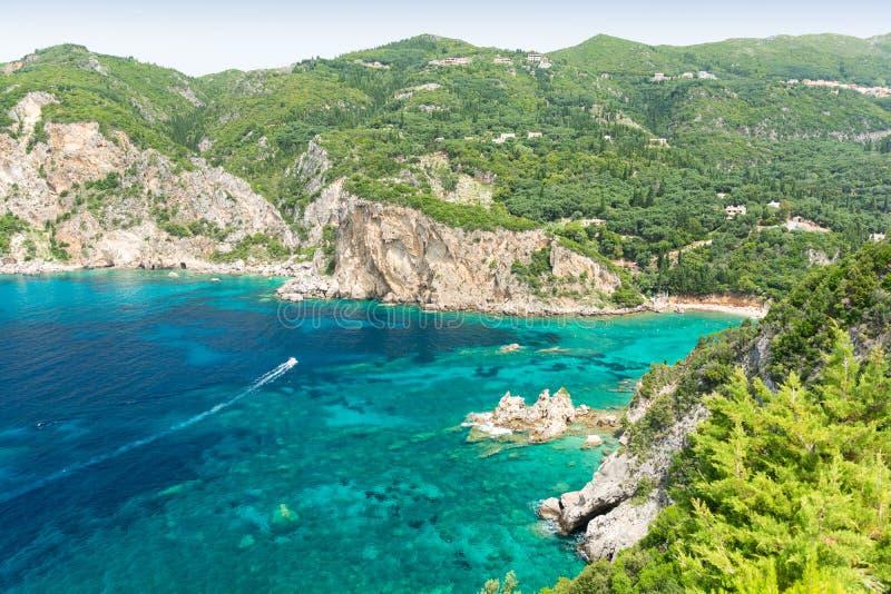 惊人的天蓝色的海湾在Paleokastritsa在科孚岛海岛,希腊 库存照片