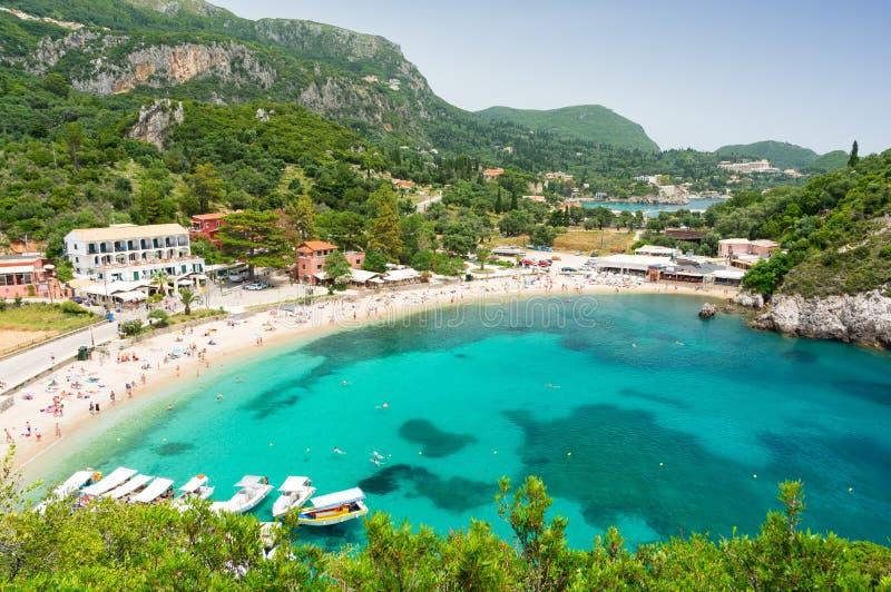 惊人的天蓝色的海湾在Paleokastritsa在科孚岛海岛,希腊 图库摄影