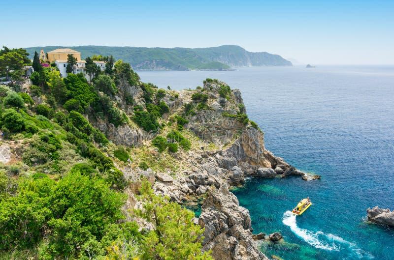 惊人的天蓝色的海湾在Paleokastritsa在科孚岛海岛,希腊 库存图片