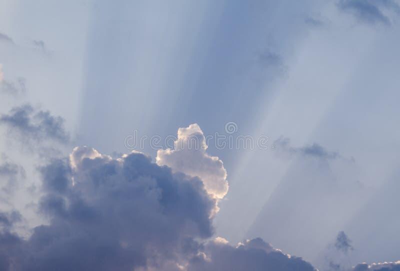 惊人的太阳在一个晴天发出光线击穿通过在蓝天的云彩 背景美好的cloudscape 库存图片